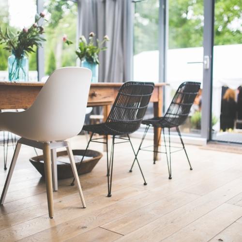 tables et chaises dans le style scandinave