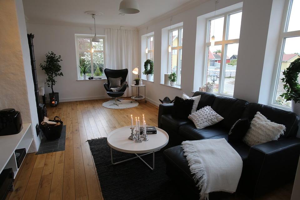 Séjour scandinave canapé et fauteuils noirs